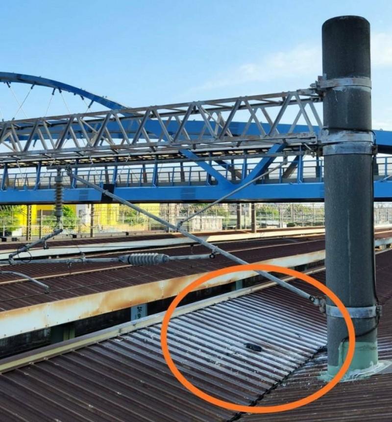 1名女子墜彰化火車站月台遮雨棚慘遭2萬5千伏特電擊,全身90%燒燙傷送醫急救。(民眾提供)