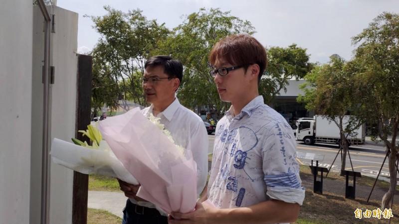 吳益政(左)、陳冠榮,今上午一起前往氣爆裝置藝術前獻花致意。(記者王榮祥攝)