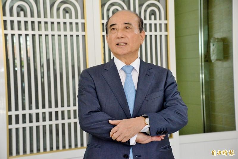 王金平今早在高雄路竹老家受訪,對前總統李登輝過逝談及兩人相處的過往。(記者許麗娟攝)