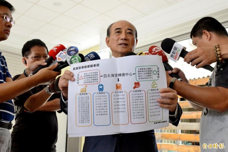王金平做了一份市政規劃藍圖,將交給李眉蓁參考應用。(記者許麗娟攝)
