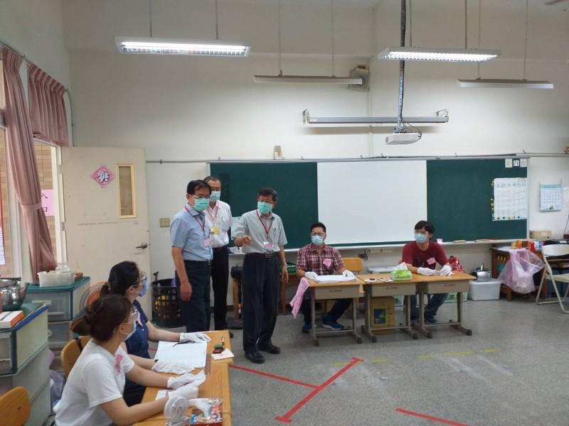 高市代理市長楊明州(右三)今上午視察前鎮區盛興里里長補選投開票所。(記者王榮祥翻攝)