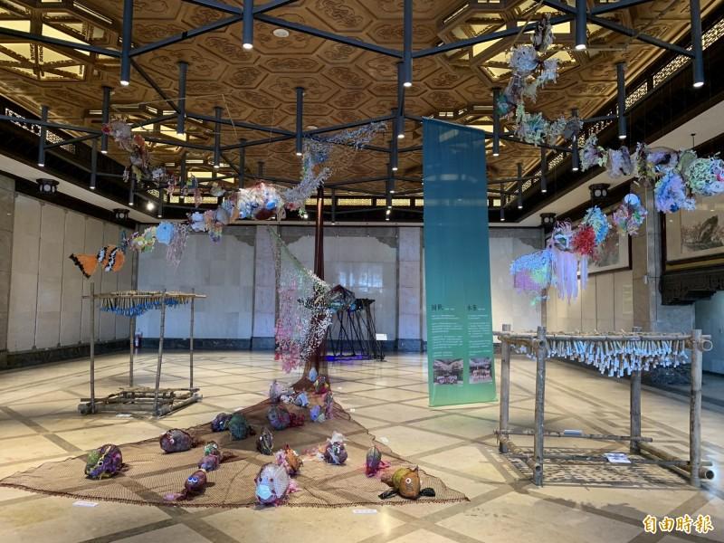 「困獸」、「永魚」2件環境藝術作品,即日起在基隆文化中心大廳展出到9日止。(記者林欣漢攝)