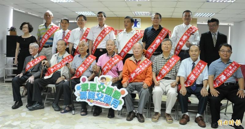 21名爸爸獲選高雄市第46屆模範父親。(記者黃旭磊攝)