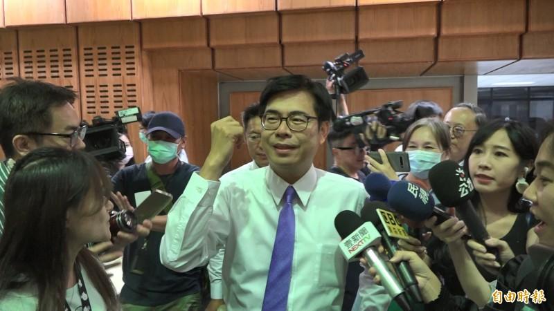 陳其邁打紫色領帶,現身電視政見會現場。(記者李惠洲攝)