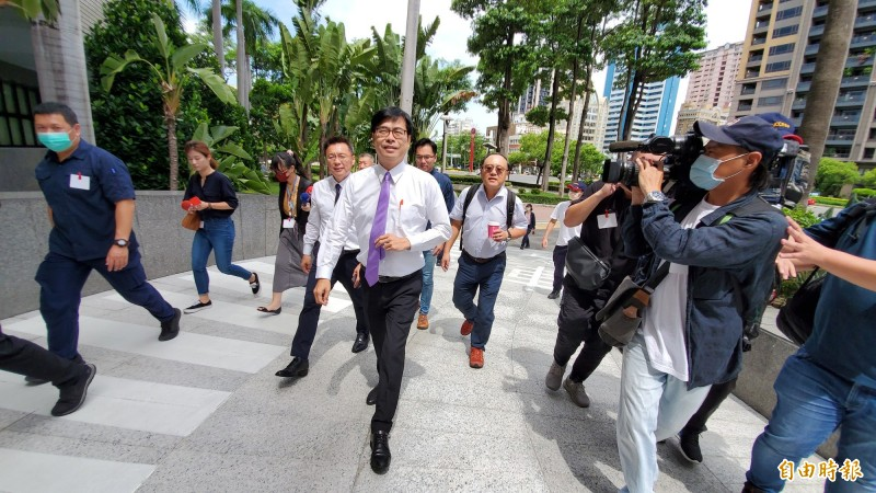 陳其邁今穿著白襯衫,打了1條紫色領帶,明顯有備而來。(記者陳文嬋攝)