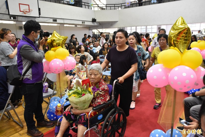 獲表揚的模範父、母親及好人好事代表在家人陪同下走紅地毯進場。(記者黃淑莉攝)