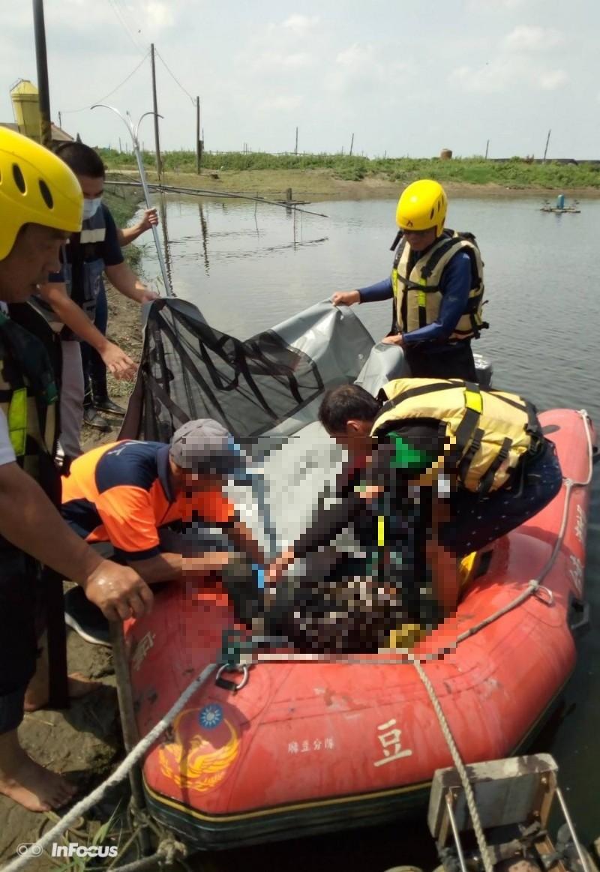 溺水移工被救援人員找到時已明顯死亡。(記者楊金城翻攝)