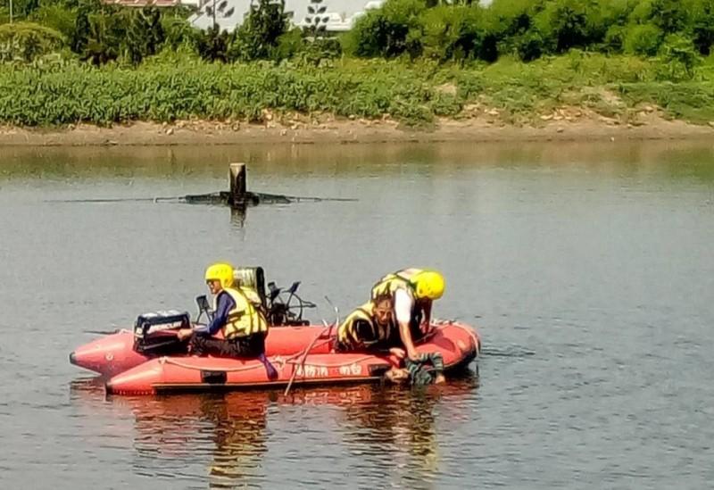 麻豆消防分隊在魚塭搜救外籍移工。(記者楊金城翻攝)