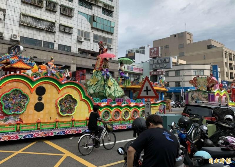 城隍爺出巡彰化市遶境,花車仙女紛紛撐傘遮陽。(記者湯世名攝)