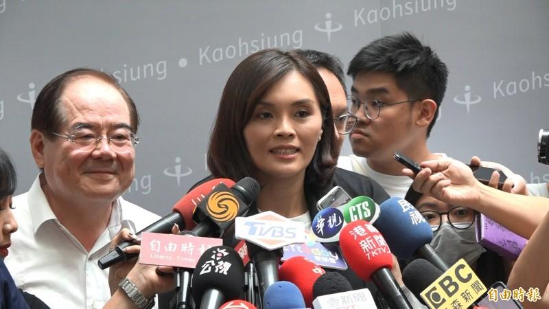 被媒體問及是否成了「政策讀稿機」,李眉蓁答說,準備很多資料想跟市民表達觀感。(記者李惠洲攝)