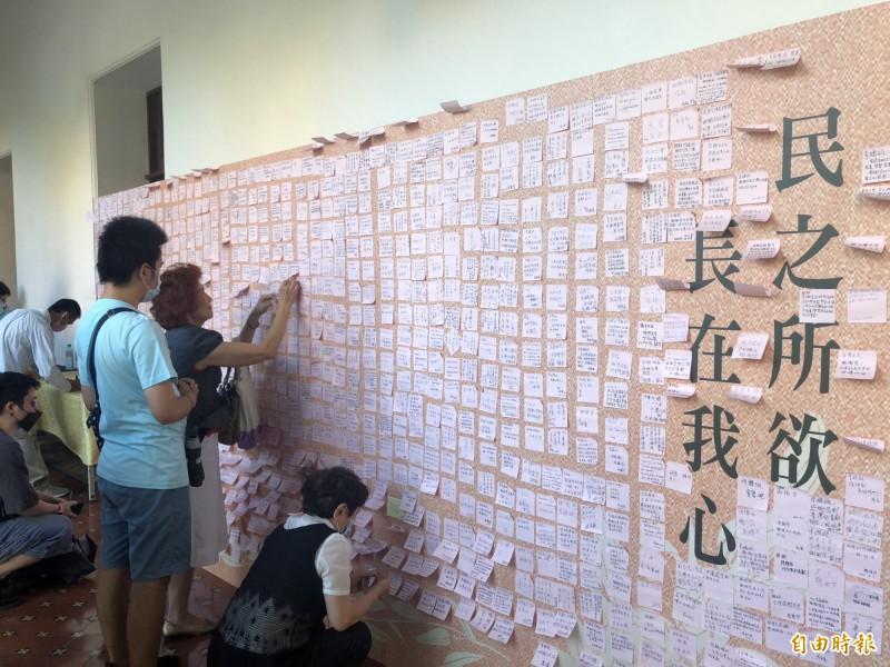 李登輝辭世》追思牆貼滿「民主先生」 連戰今未現身