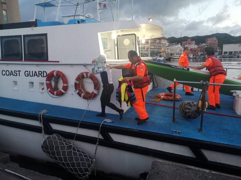 簡姓女子獲救後傍晚被澳底海巡隊巡防艇載回上岸。(記者林嘉東翻攝)
