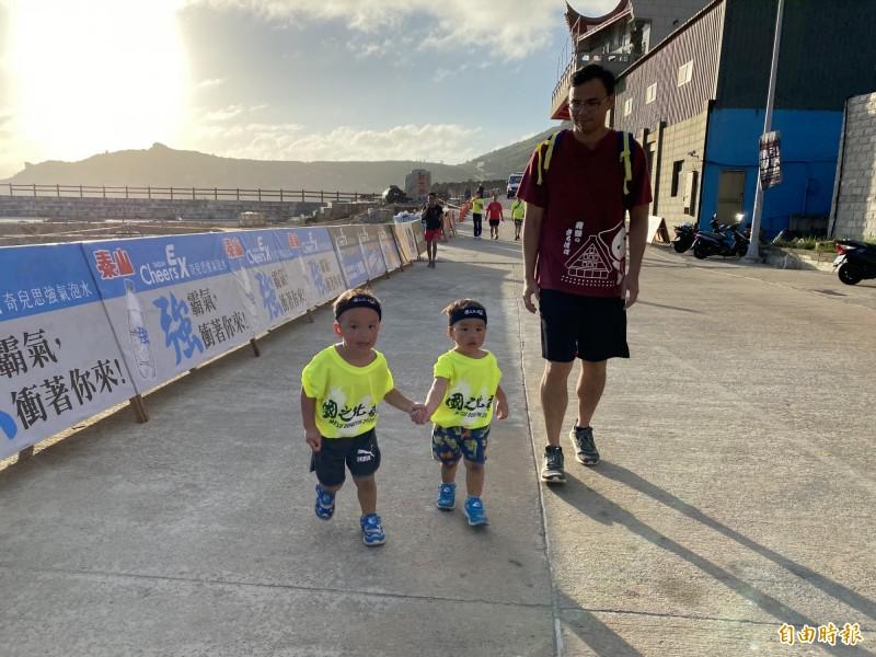 2020東引軍事越野障礙賽3.5公里休閒組比賽,去年締造2歲跑完4公里最年幼紀錄的唐毅(左)牽著還差28天滿2歲的弟弟唐磊(右)跑完3.5公里;兄弟2人成為東引軍事越野障礙賽最年幼完賽的紀錄保持人。(記者俞肇福攝)