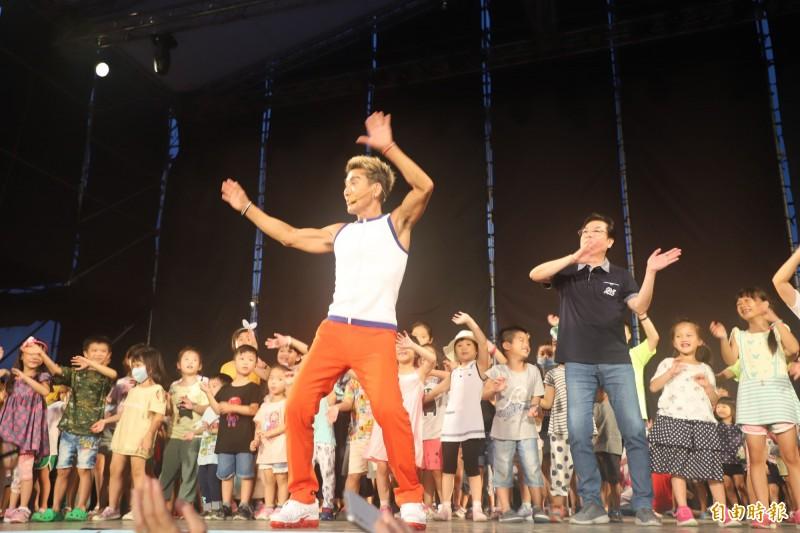 新北兒藝節「全民瘋藝術」今晚於新北大都會公園登場,藝人潘若迪帶動跳。(記者周湘芸攝)