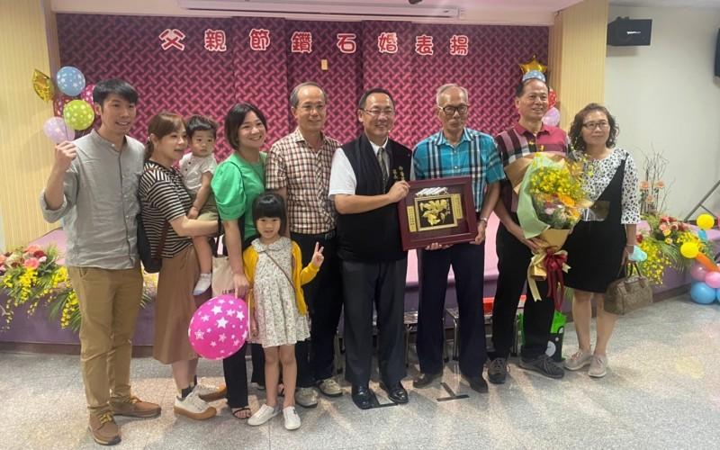 86歲蔡天助(右三)代表柳營獲選台南市晶鑽爸爸。(記者楊金城翻攝)