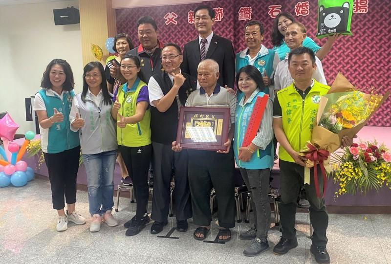 柳營區「大樹爸爸」連清正(前右三)獲表揚。(記者楊金城翻攝)