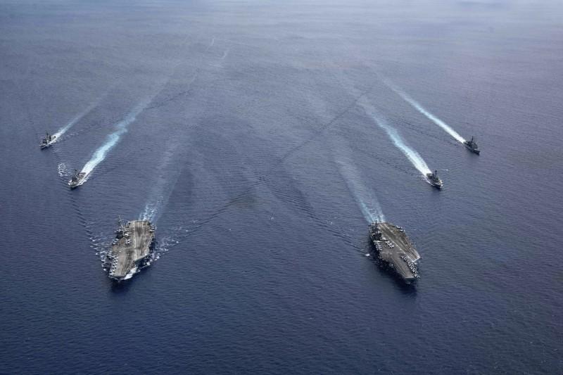 美國海軍「雷根號」、「尼米茲號」航艦7月6日在南海演習。(美聯社)