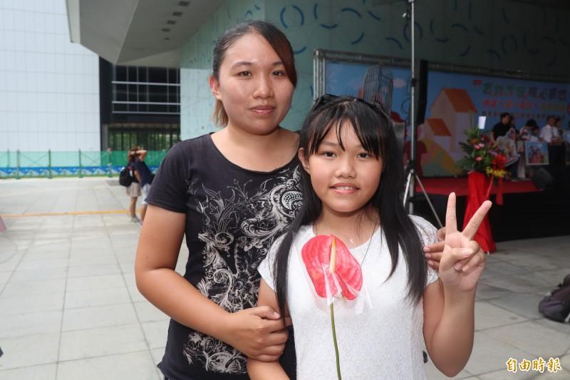 王陳姿文(左)與女兒王心妤,2年來固定送20份早餐到學校,免費給同學用餐。(記者黃旭磊攝)