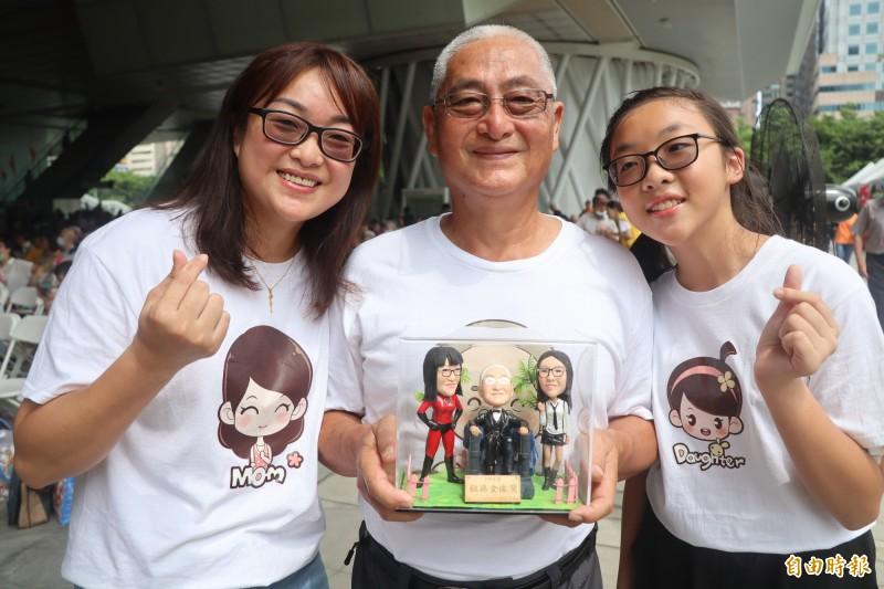 燕巢國小學生胡苡恩(右)與媽媽馬紫涵、阿公馬秋堂獲選超像祖孫金像獎。(記者黃旭磊攝)