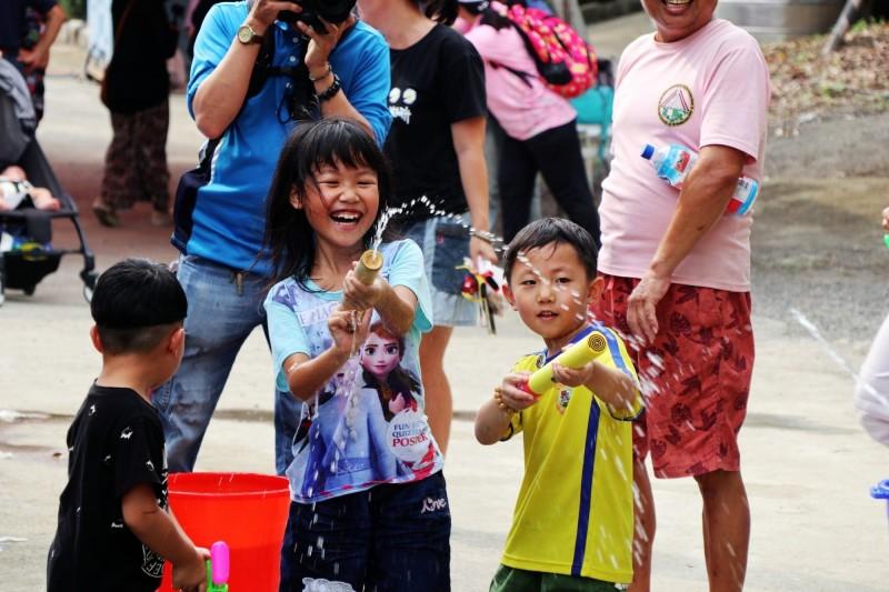 孩子們用竹水槍參加射準競賽,玩得不亦樂乎。(記者許麗娟翻攝)