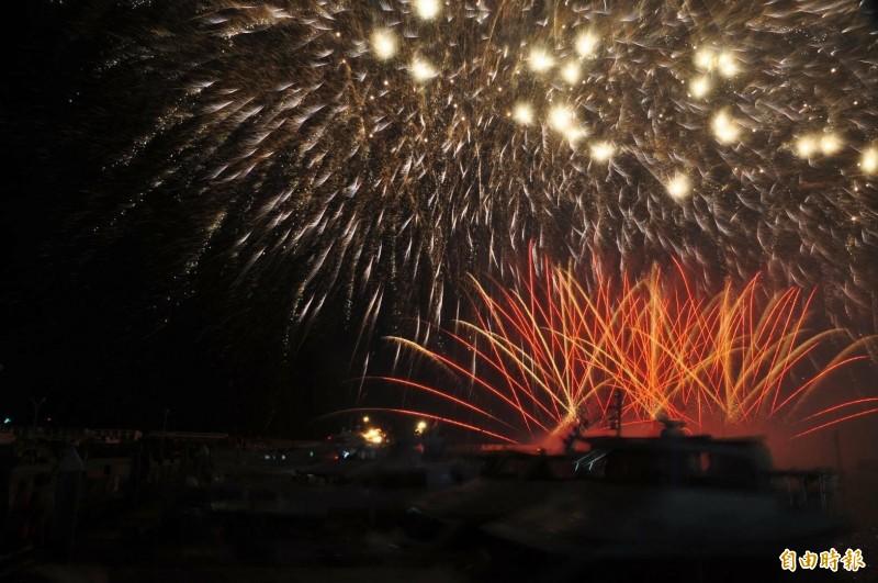 澎湖國際海上花火節七美場,在南滬港施放。(記者劉禹慶攝)