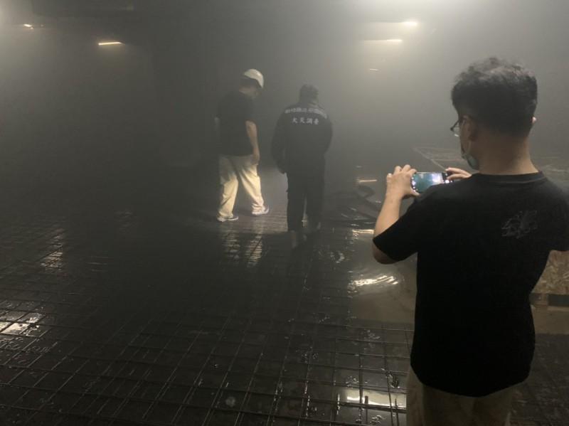 新竹縣大遠百地下室4樓今晚突然起火冒煙,直到深夜10點過後才完全把狀況排除。(記者黃美珠翻攝)