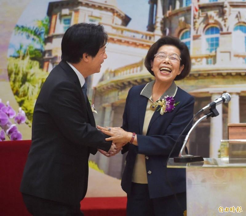 張博雅(右)今天卸下監察院長職務,在副總統賴清德(左)監交下,將印信交接給新院長陳菊。(記者方賓照攝)