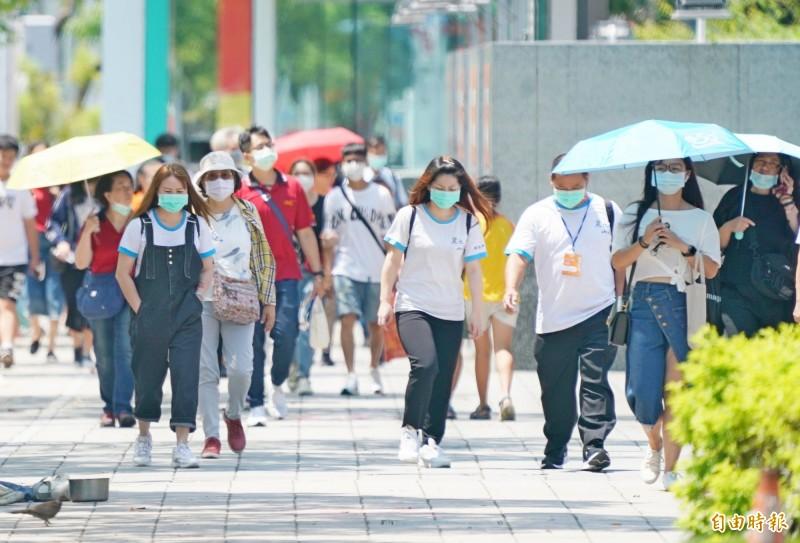 今年7月份天氣燠熱難當,根據氣象局統計,7月平均氣溫達攝氏30.2度,創下台灣自1947年最熱單月紀錄。(記者黃志源攝)