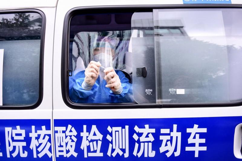 中國疫情未歇,今天再新增39例本土病例。圖為中國的核酸檢測流動車。(法新社)