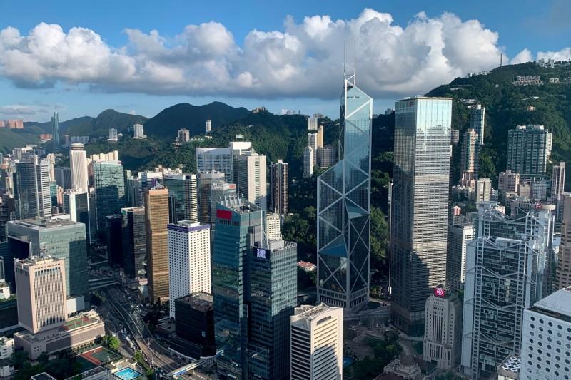 有網友發文,說自己的家人在香港找到了一份工作,月薪高達台幣16萬元,但礙於香港目前情勢動盪,又有疫情影響,想詢問網友意見。(路透)