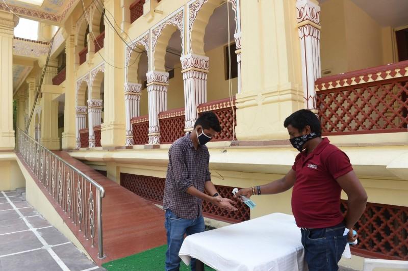 印度一處村落因武漢肺炎(新型冠狀病毒病,COVID-19)封鎖後民眾無處買酒,竟把含有酒精的洗手液套飲料解癮,目前已造成10人喪命。印度洗手液示意圖。(法新社)
