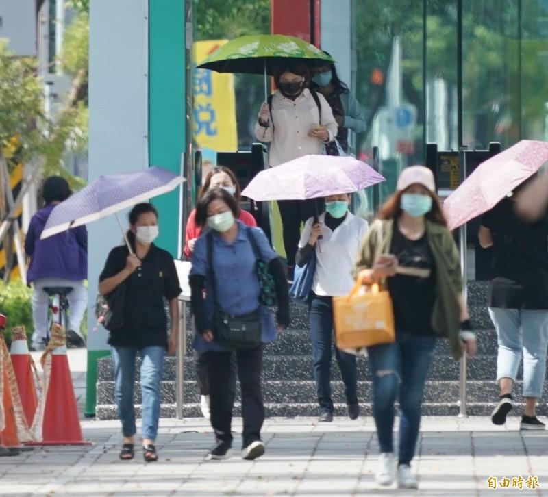 氣象局表示,今天花東及恆春半島受南方海面低壓帶外圍水氣影響,不定時有局部短暫陣雨或雷雨。(記者黃志源攝)