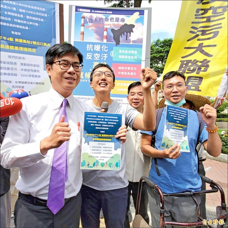 環團邀3黨候選人8月9日為健康環境而走,陳其邁(左)接下環團的邀請函。(記者陳文嬋攝)
