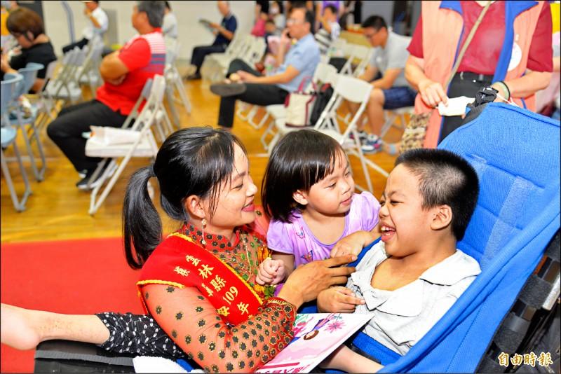 吳氏深照顧2個罹患罕見疾病孩子,勇敢、正向態度令人敬佩,是今年雲林縣最年輕模範母親。 (記者黃淑莉攝)