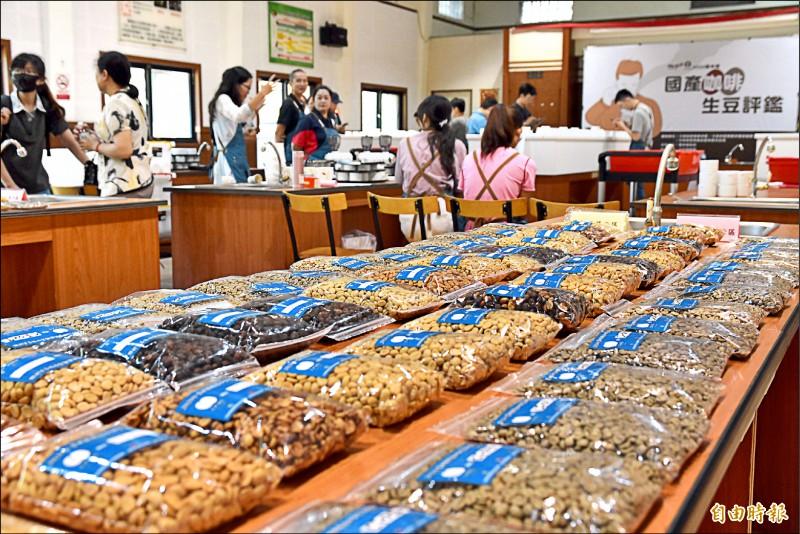 雲林2020台灣國產咖啡豆評鑑昨天進行杯測。(記者黃淑莉攝)
