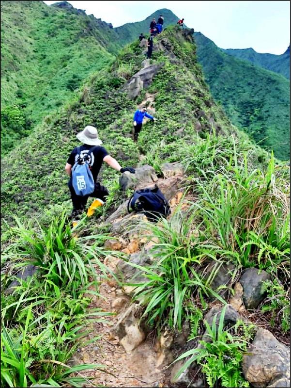 劍龍稜救援困難,連經驗豐富的救難人員都要小心翼翼的前進。(記者吳昇儒翻攝)