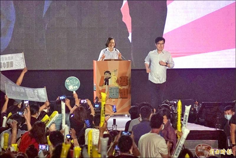 總統蔡英文的社群之夜昨首度移師高雄,為高雄市長補選候選人陳其邁助陣。(記者黃佳琳攝)