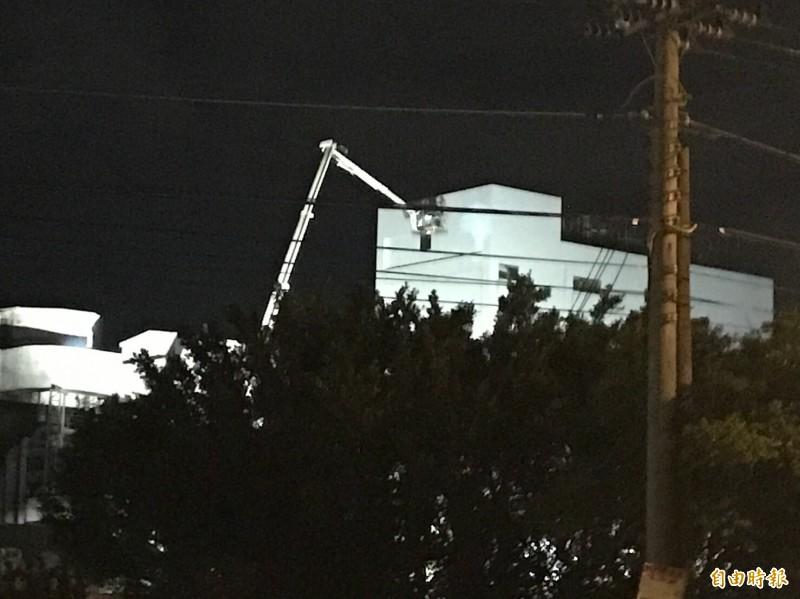 新竹縣政府消防局調度竹北雲梯車到場進行高空射水,終於壓制南港輪胎的倉庫大火火勢,隨後順利撲滅。(記者黃美珠攝)