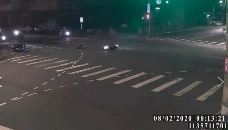 警員、少年的機車撞擊後噴飛,均倒地不起。(記者邱書昱翻攝)