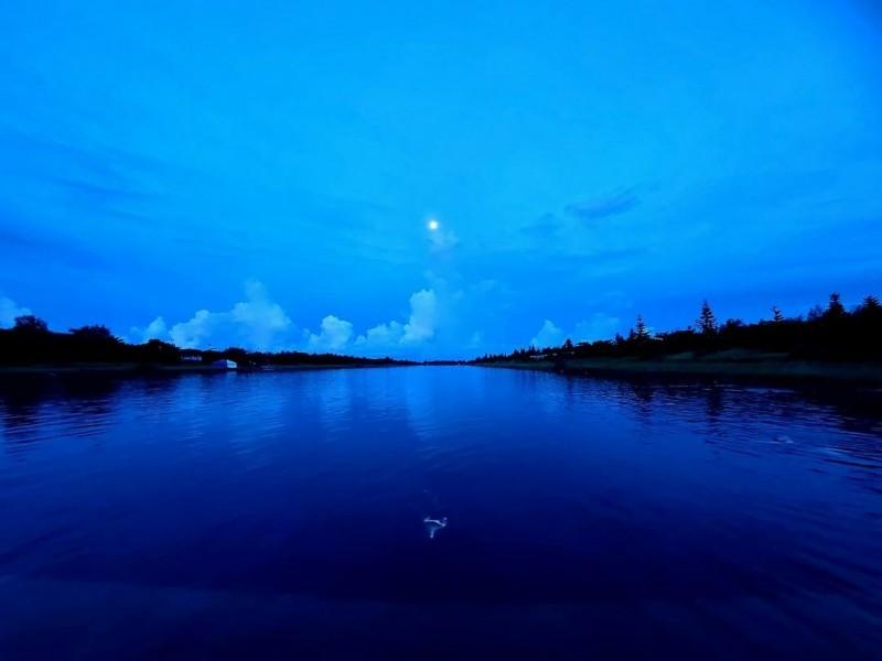 台東大學教官高泉元昨天傍晚在活水湖救溺後拍下了這幅湖景。當時有泳客告訴他:「有個黃衣小女孩蹲在你膝蓋旁」!(記者黃明堂翻攝)