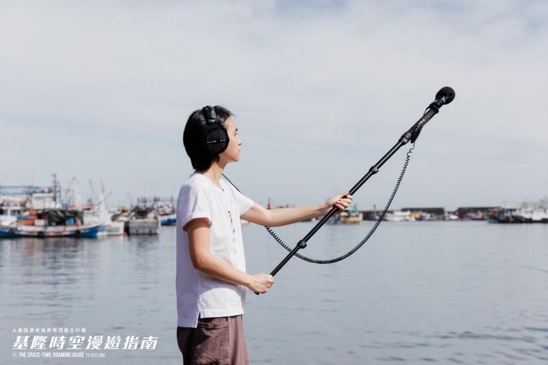 藝術家蕭芸安於八斗子漁港採集聲音。(基隆市政府提供)