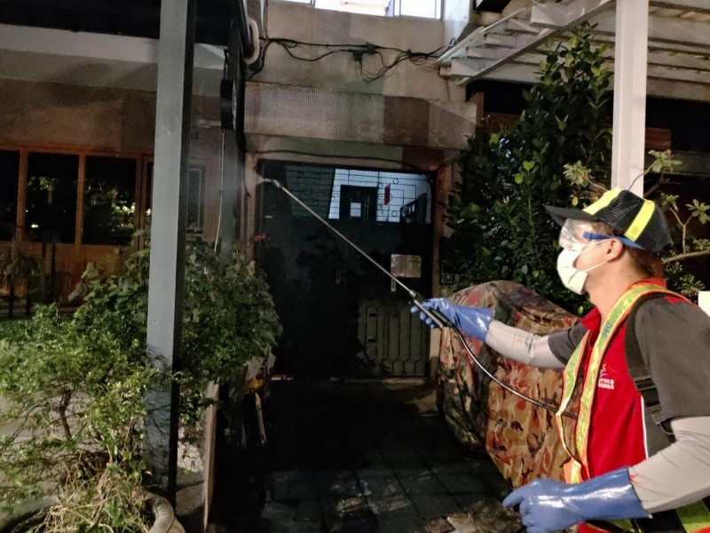 染疫比利時工程師曾到台中市酒吧消費,市府連夜在酒吧周邊街道消毒。(台中市政府提供)