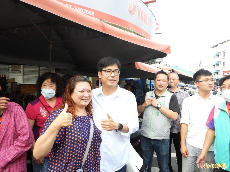 陳其邁前往金獅湖鼎金市場拜票,不少民眾搶著跟他合照。(記者葛祐豪攝)