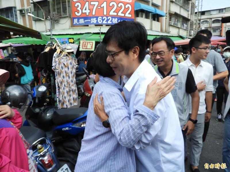 支持者給陳其邁一個愛的抱抱。(記者葛祐豪攝)