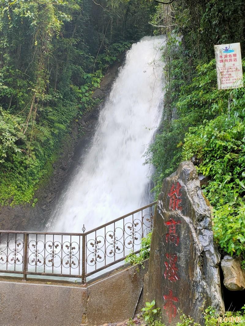 南投縣埔里鎮福興里能高瀑布已列危險水域並禁止民眾游泳戲水,但仍傳不幸溺水意外。(記者佟振國攝)