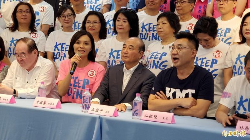 國民黨市長候選人李眉蓁政見會表現挨批是讀稿機,甚至傳出民調下滑,她今反擊表示,比對手端出更多政見,呼籲打一場乾淨的選舉。(記者陳文嬋攝)