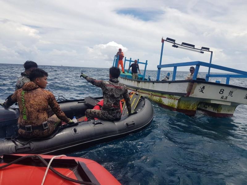 粉鳥林秘境今天上午4人出海潛水,其中1人失聯,海巡署人員(右)搭船找到3名潛水客,並搜尋失蹤者。(記者江志雄翻攝)
