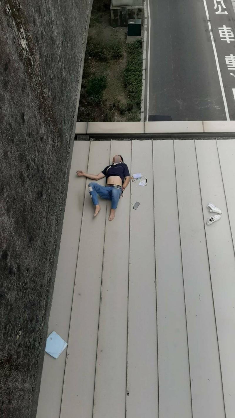 潘男疑似心虛跳橋,墜落在在捷運副都心站上。(記者徐聖倫翻攝)