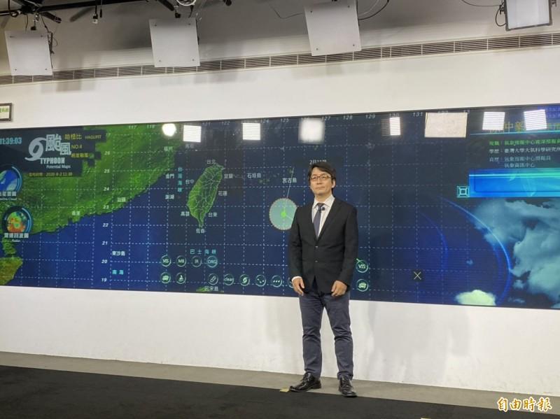 中央氣象局預報中心資深預報員徐仲毅表示,氣象局不排除針對哈格比發布陸上颱風警報,不過時間仍無法確定。(記者蕭玗欣攝)