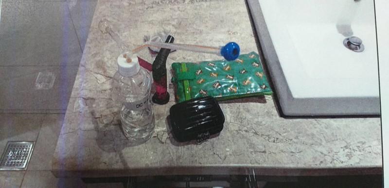 桃園市警桃園分局埔子派出所昨深夜臨檢汽車旅館,在顧姓男子的房內浴室起出3.9公克毒品安非他命4小包,以及1組毒品吸食器。(記者陳恩惠翻攝)